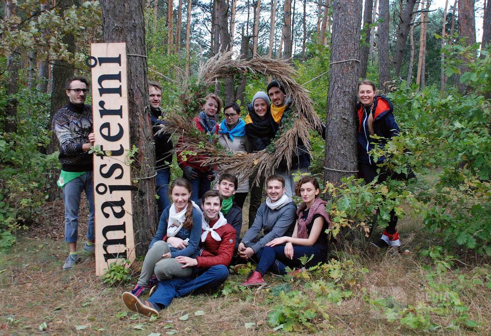 Studenti otdixayut v lesu
