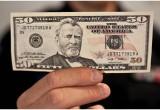 В Бресте задержана женщина, выхватившая их рук пенсионера 50 долларов