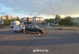 В Бресте водитель мопеда, проехавший на красный, столкнулся с легковушкой