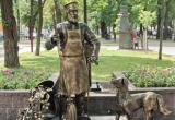 На Гоголя в Бресте появился новый фонарь и металлический дворник с собакой