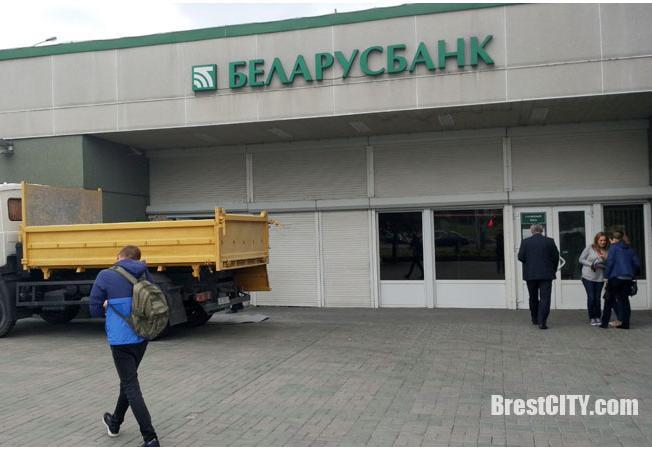 Беларусбанк на углу Московской-Пионерской закрыли на ремонт почти до конца года
