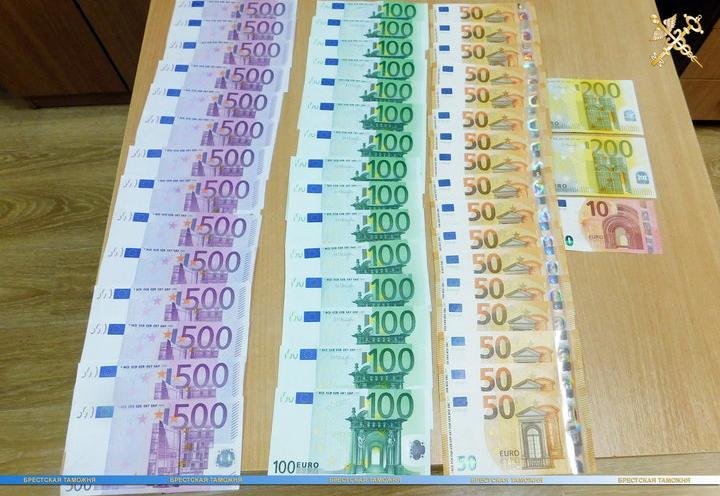 Брестские таможенники изъяли у белоруски около 10 тысяч евро