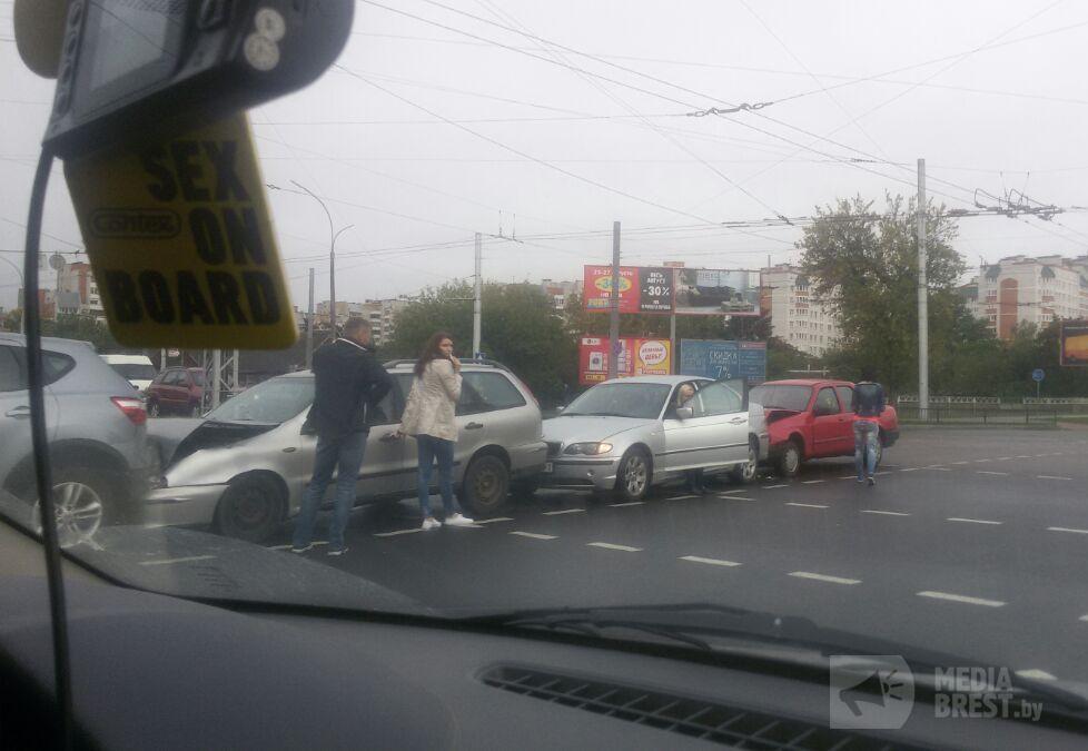 """Утром 8 сентября в Бресте произошло несколько ДТП, одно из них  - """"паровозик"""""""