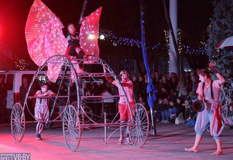 В Бресте состоялся уличный спектакль пражского театра V.O.S.A. (Фоторепортаж)