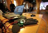 Сенсорные перчатки для незрячих помогают увидеть произведения искусства