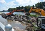 В Бресте на набережной начали чистить акваторию Мухавца