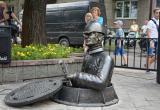 В Бресте на Гоголя открыли скульптуру сантехника