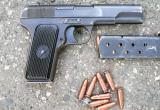 В Бресте у магазина задержан 17-летний парень, у него нашли пистолет и две обоймы
