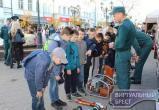 На Брестском Арбате спасатели устроили праздник для мам