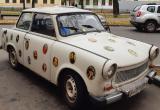 Авто с портретами звёзд прошлого века паркуется в центре Бреста