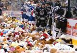 Видеофакт. Во время хоккейного матча в США болельщики выбросили на лед почти 35 тысяч плюшевых мишек