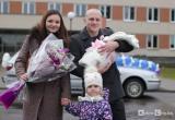 Видеофакт: пограничник  с оркестром встретил жену из роддома