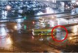 Автобус чуть не задавил ребенка в Бресте (видео)