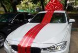 Бизнесмен подарил продавщице машину за приветливость