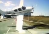 Канадец спокойно ехал по шоссе, когда его подрезал… самолет (видео)