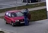 Посмотрите, как пешехода чуть не сбили на тротуаре в Бресте (видео)