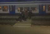 Нетрезвых девушку и парня милиция сняла с поезда (видео)