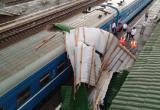 Ураган: крыша рухнула на поезд в Смоленской области (видео)