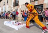 Через младенцев прыгали на празднике в Испании (видео)