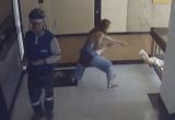 Мать чудом спасла своего ребенка от падения с 4 этажа (видео)