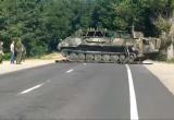 Брестские военные уложили покрышки на дорогу, чтобы танк не испортил ее (видео)