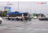 Видеофакт: люди толкают троллейбус в Бресте