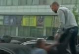 Видео: на автомобиль Порошенко напали в Киеве