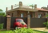 Необычный арт-объект в Бресте: раритетное авто застряло в заборе