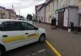 В Лиде таксист припарковался с нарушением ПДД прямо у отдела милиции