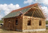 Семья из Бреста строит бюджетный дом из соломы