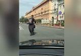 Священник на электросамокате грубо нарушал ПДД в Минске (видео)