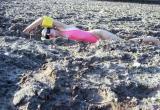 Забавные фото девушки, плывущей по полю с картошкой