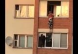 Видео: женщина висела на балконе высотки в Минске