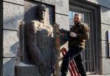 В Одессе националисты срезали и осквернили барельеф Жукову (видео)