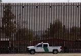 Контрабандисты выпиливают фрагменты строящейся стены на границе с Мексикой