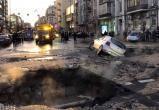В центре Киева машины проваливаются под землю (видео)