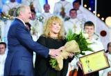 Лукашенко подарил Пугачевой картошку, сало и орден
