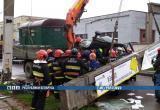 В Бресте бетонная опора упала на грузовик и зажала двух человек (видео)