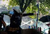 Протестующие Гонконга превратили университеты в «крепости». Их несколько дней обороняют с луками и катапультами
