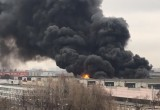 Очередной страшный пожар: в Москве горит и взрывается склад тканей (видео)