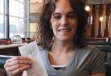 Официантке дали $2020 чаевых в честь Нового года
