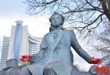 В Минске неизвестные разрисовали памятник Пушкину (видео)