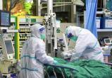Зараженные коронавирусом плюют медикам в лицо