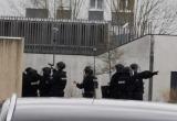 Во Франции мужчина взял в заложники беременную женщину и детей