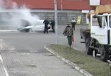 В Бресте загорелась машина. Пожар тушили гаишники и очевидцы (видео)