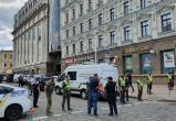 Мужчина захватил банк в Киеве и угрожает его взорвать (видео)