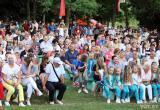 Песни, танцы и грамоты. Как прошел в Пинске пикет за Лукашенко, из-за которого в город не приехала Тихановская