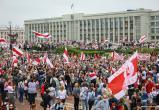 Десятки тысяч людей собрались в центре Минска, в город ввели спецтехнику