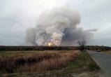 Взрывы продолжаются на горящем складе боеприпасов в Рязанской области