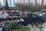 Силовики разрушают мемориал памяти Романа Бондаренко на «Площади Перемен»